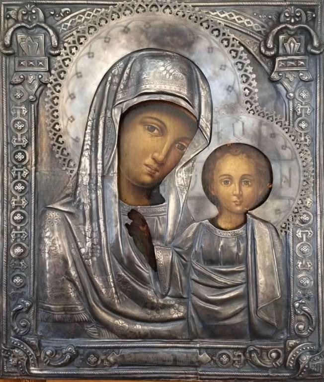 Фото антикварной иконыXVIIвека в серебряном окладе. Казанская Божья матерь.